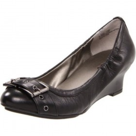 Me Too Women's Deanna Black Wedge Pump